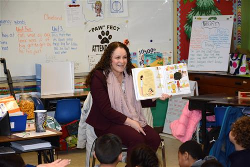 Trustee Mendez Reads to Cleveland Students
